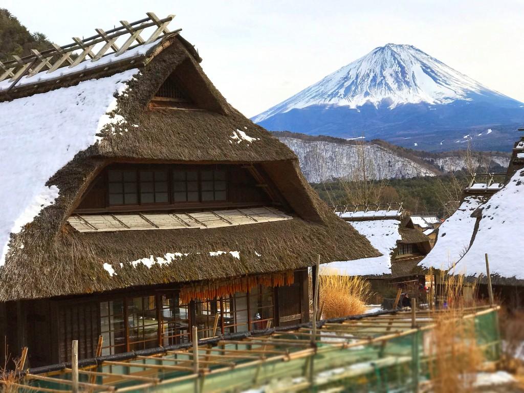 富士山と茅葺き屋根の家屋の撮影スポット、西湖いやしの里根場